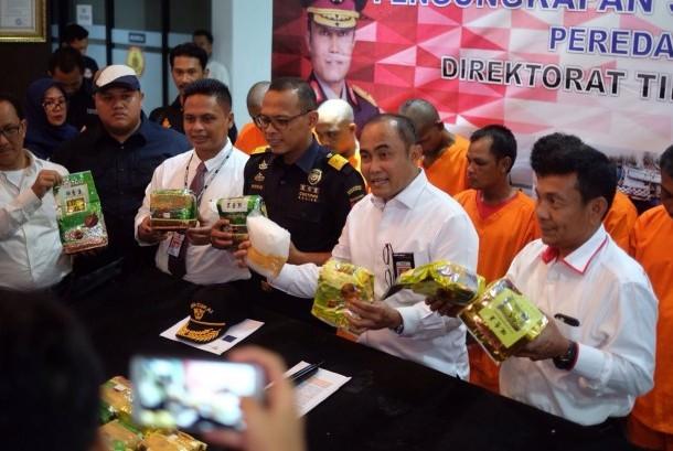 Bea Cukai dan Direktorat IV Bareskrim Kepolisian Republik Indonesia berhasil melakukan penindakan terhadap Kapal Motor Dua Saudara yang membawa narkotika jenis methamphetamine atau sabu sejumlah 30 paket.