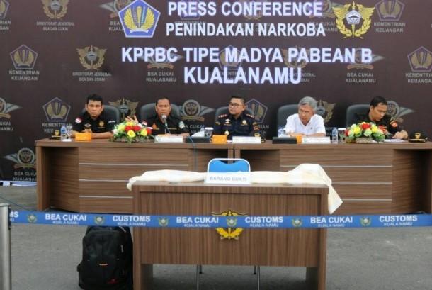 Bea Cukai Kuala Namu berhasil menangkap seorang warga negara asing asal Malaysia yang membawa narkotika jenis sabu pada Kamis (20/4)