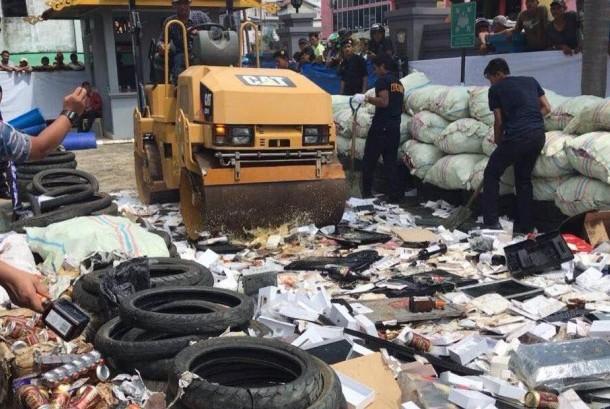 Bea Cukai Tembilahan memusnahkan barang ilegal.