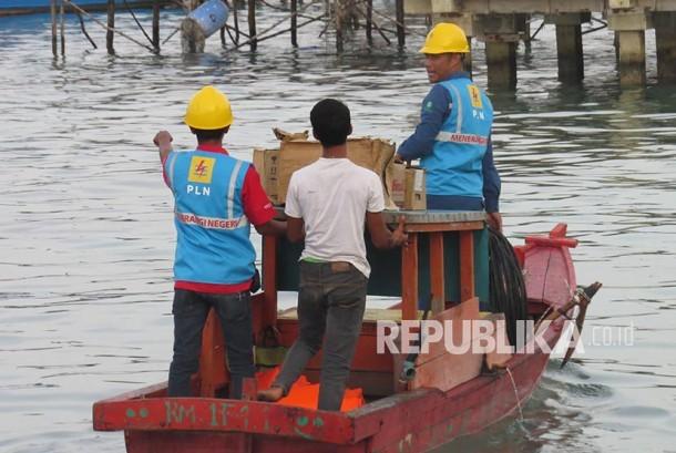 Beberapa petugas PLN mengantar kabel dan perlengkapan listrik lainnya untuk menyambung listrik di Desa Sabang Mawang Balai, Kecamatan Pulau Tiga, Natuna, Kepri.