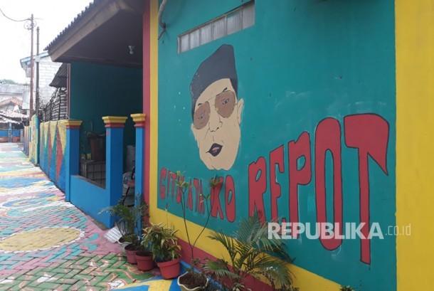 Mural wajah Gus Dur dan ucapannya yang khas, Gitu Aja Ko Repot di gang cantik, Gang Mian Kecamatan Ciputat, Kelurahan Serua, Tangerang Selatan