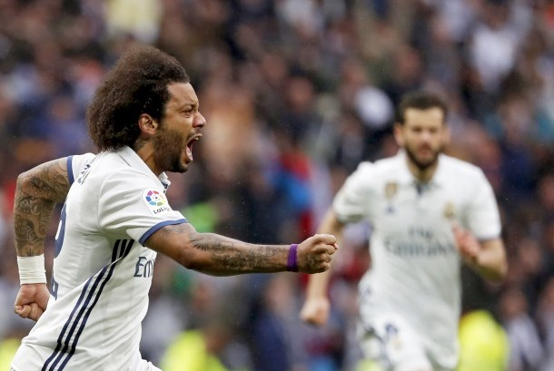 Bek Real Madrid, Marcelo merayakan gol ke gawang Valencia pada laga La Liga di Santiago Bernabeu, Sabtu (29/4). Madrid menang 2-1 pada laga ini.