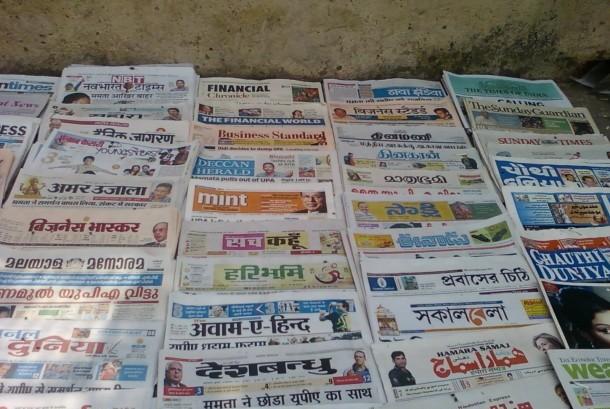 Berbagai koran di India.