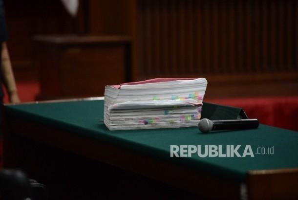 Berkas tuntutan dengan terdakwa kasus dugaan penistaan agama Basuki Tjahaja Purnama atau Ahok berbincang dalam sidang lanjutan di Pengadilan Negeri Jakarta Utara, Auditorium Kementerian Pertanian, Jakarta, Kamis (20/4).