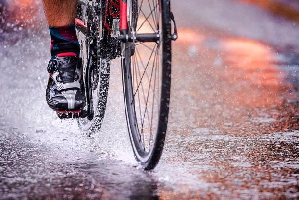 Bersepeda Saat Hujan. Ilustrasi