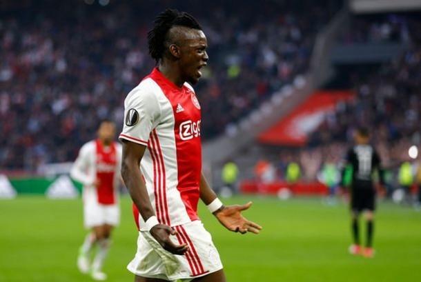Bertrand Traore merayakan golnya untuk Ajax.
