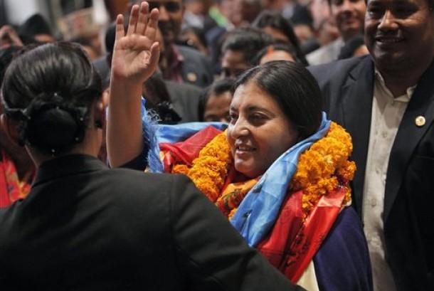 Bidhya Devi Bhandari melambaikan tangan saat terpilih sebagai presiden perempuan pertama Nepal, Rabu (28/10).