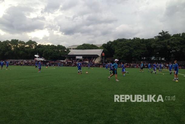 Bobotoh antusias melihat latihan Persib yang rencananya juga dihadiri Michael Essien di Lapangan Lodaya, Rabu (29/3).