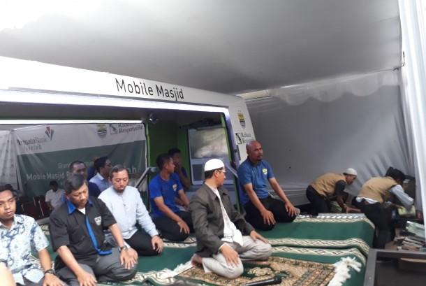 Bobotoh melakukan shalat di masjid keliling yang merupakan hadiah dari sponsor klub.