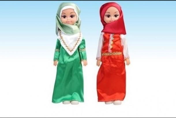 Boneka berpakaian Muslim.