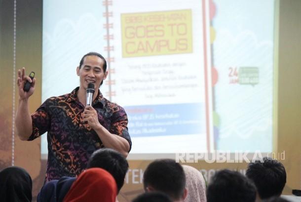Brand Ambasador BPJS Kesehatan Ade Rai di depan mahasiswa ITB menyampaikan edukasi pola hidup sehat pada acara BPJS Kesehatan Goes to Campus, di Aula Barat ITB, Kota Bandung, Rabu (18/10).
