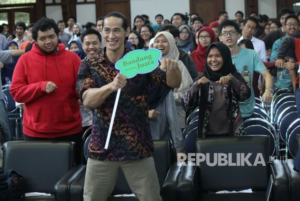 Brand Ambasador BBPJS Kesehatan Ade Rai bersama mahasiswa ITB saat edukasi pola hidup sehat pada acara BPJS Kesehatan Goes to Campus, di Aula Barat ITB, Kota Bandung, Rabu (18/10).