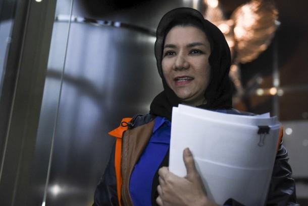 Bupati Kutai Kartanegara nonaktif Rita Widyasari meninggalkan gedung KPK seusai diperiksa di Jakarta, Rabu (18/10).