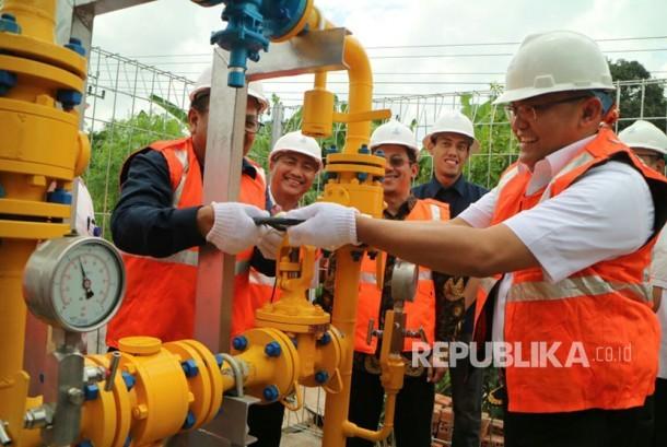 Bupati Musi Banyuasin (Muba) Dodi Reza Alex meresmikan jaringan gas rumah tangga dari PT PGN yang mulai mengalir ke rumah warga, Rabu (27/9).
