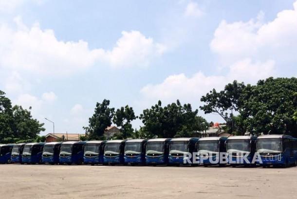 Bus-bus Transjakarta yang terparkir di PT Mayasari Bhakti, Jakarta Timur, saat disambangi, Kamis (20/4) pagi.