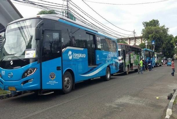 Bus transjakarta dikerahkan untuk mengangkut peserta parade kebudayaan yang digelar di Jakarta pada Ahad (4/12).