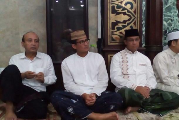 Calon gubernur DKI Jakarta, Anies Baswedan (dua dari kanan) dan wakilnya Sandiaga Uno (ketiga dari kanan) mengikuti shalat Subuh berjamaah di Masjid Agung Sunda Kelapa, Jakarta.