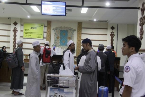 Calon penumpang antre membeli tiket di Bandara Internasional Sultan Iskandar Muda, Blang Bintang, Aceh Besar, Aceh, Rabu (30/11). Bandara tersebut berhasil merebut penghargaan World's Best Airport for Halal Travellers  2016.