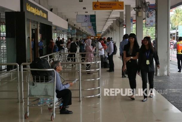 Calon penumpang memasuki pintu keberangkatan di Bandara Halim Perdanakusuma, Jakarta (ilustrasi).