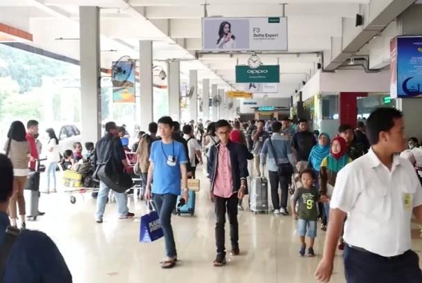 Calon penumpang memasuki Terminal Keberangkatan Bandara Halim Perdanakusuma, Jakarta, Kamis (22/6).