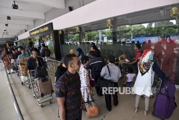 Calon penumpang mengantre memasuki Terminal Keberangkatan Bandara Halim Perdanakusuma, Jakarta, Rabu (21/6).