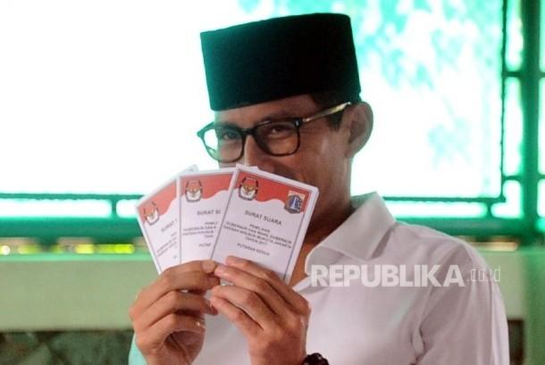 Cawagub Sandiaga Uno menunjukan surat suara saat akan pencoblosan di TPS 01 kawasan Senayan, Jakarta, Rabu (19/4).