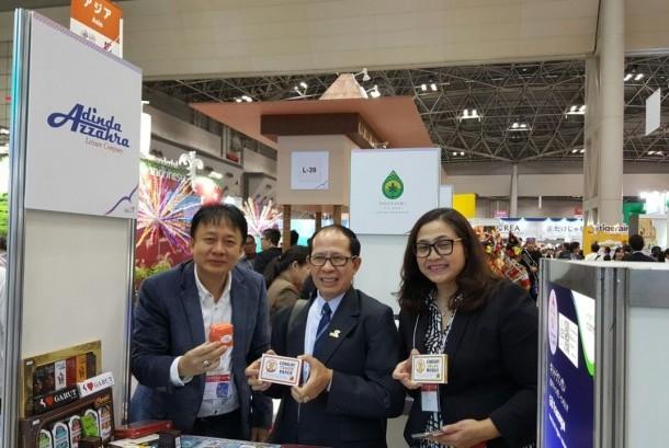 CEO Adinda Azzahra Priyadi Abadi (kiri) bersamaDeputi Bidang Pengembangan Pemasaran Pariwisata Mancanegara Kementerian Pariwisata, I Gde Pitana (tengah) di ajang Japan Tourism Expo (JTE) 2017, Tokyo, Kamis (21/9).