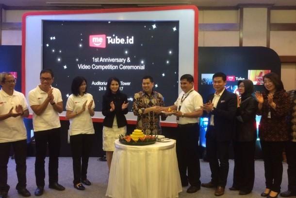 Chairman & CEO MNC Group Hary Tanoesoedibjo bersama jajaran direksi melakukan pemotongan tumpeng ulang tahun pertama meTube.id