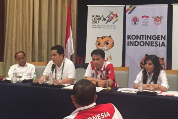 Chairman Indonesian of Olympic Committee Erick Thohir (second from left) stating his regret of the error in displaying of the Indonesian flag in Guide Book for SEA Games XXIX 2017, Kuala Lumpur, Malaysia.