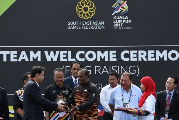 Chief de Mission (CDM) Indonesia Aziz Syamsuddin (kiri) memberikan cinderamata kepada Deputi Menteri Olahraga Malaysia Datuk M Saravanan (ketiga kiri) disaksikan CEO MASOC Datuk Seri Zolkples Embong (kedua kiri), dan Presiden SEA Games XXIX Kuala Lumpur 2017 YAM Tunku Tan Sri Imran Tuanku Jaafar (ketiga kanan) saat upacara penyambutan CDM SEA Games XXIX Kuala Lumpur 2017 di Stadion Bukit Jalil, Kuala Lumpur, Malaysia, Rabu (16/8).