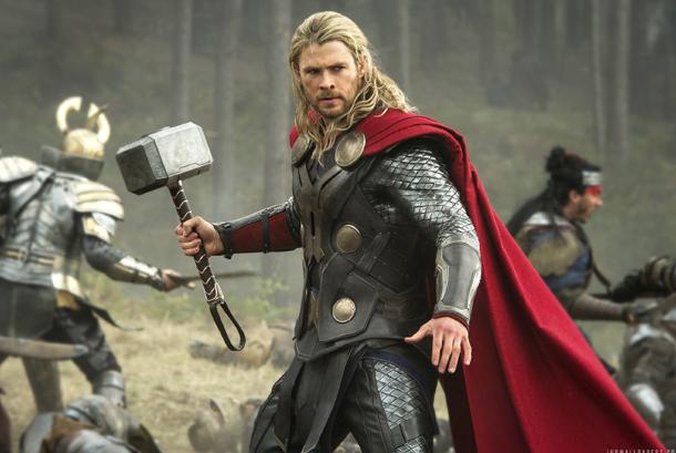 Chris Hemsworth pemeran Thor.