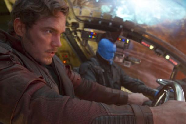 Chris Pratt (kiri) dan Michael Rooker dalam salah satu adegan film Guardians Of The Galaxy Vol 2.