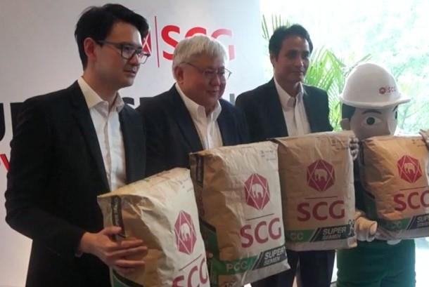Country Direcor SCG Indonesia Nantapong Chantrakul (kedua kiri) saat peluncuran SCG Super Semen di Jakarta