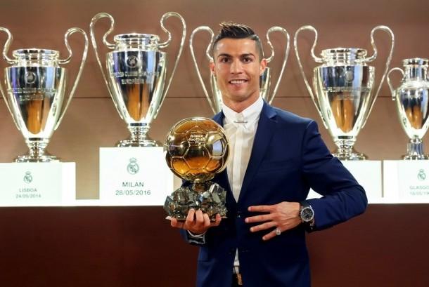 Cristiano Ronaldo bersama trofi Ballon d'Or 2016.