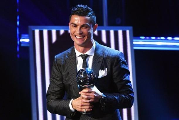 Cristiano Ronaldo menerima penghargaan Pemain Terbaik FIFA Tahun Ini.