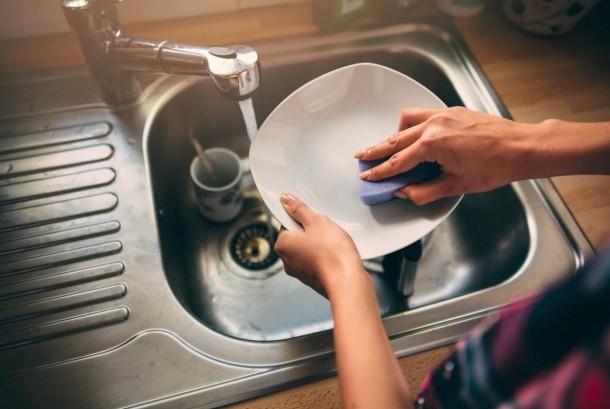 Cuci piring. Ilustrasi