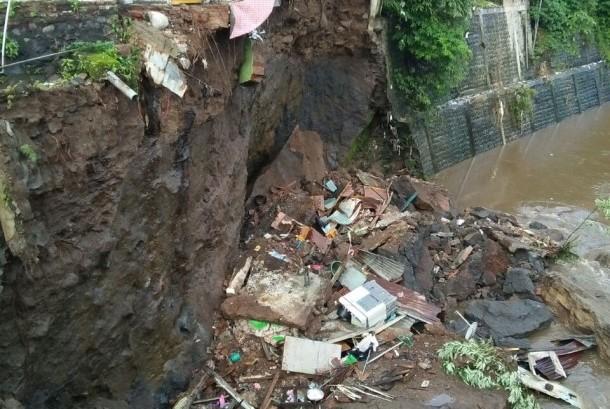 Curah hujan yang tinggi di Jalan BS Riadi Kota Malang mengakibatkan longsor dan turap ambrol, Jumat (19/1)