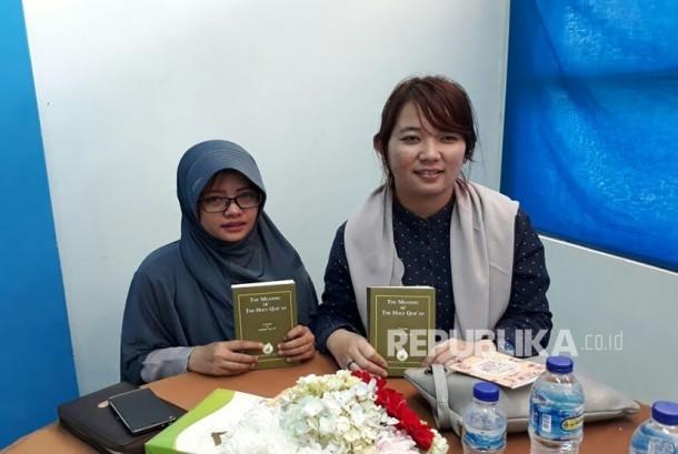Danalia Permatasari (26 tahun) kanan dan Novita Luciana (25 tahun) kiri, usai bersyahadat dibimbing Dr Zakir Naik, yakin masuk Islam setelah melihat ceramah Zakir Naik, di Youtube.