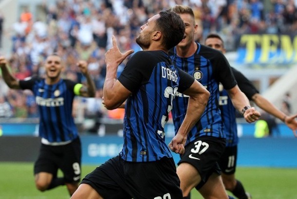 Danilo D'Ambrosio (tengah) merayakan golnya ke gawang Genoa.