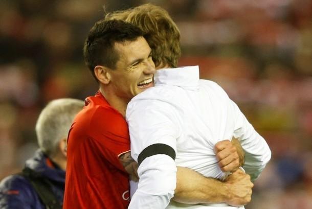 Dejan Lovren (kiri) memeluk pelatih Liverpool Juergen Klopp.