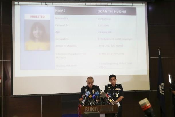 Deputi Inspektur Jenderal Polisi Noor Rashid Ibrahim (kiri) saat memberikan keterangan pers terkait upaya pemecahan kasus pembunuhan warga Korut Kim Jong-nam, (19/2).