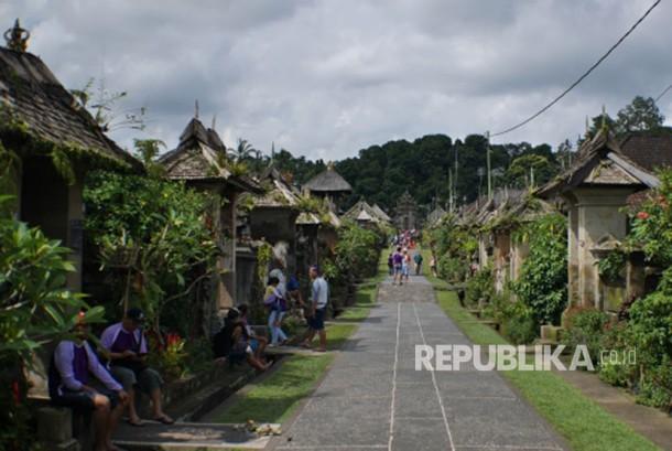 Desa Penglipuran, salah satu desa terbersih di dunia terletak di Kabupaten Bangli, Provinsi Bali. Desa ini menyimpan aturan adat unik yang jarang diketahui orang banyak, yaitu melarang tegas masyarakatnya berpoligami.