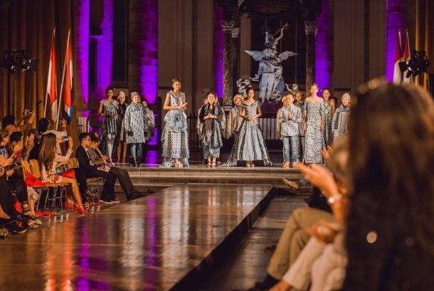 Desainer asal Bali dan Yogyakarta mengisi pameran dan pagelaran wastra atau kain tradisional Indonesia di Den Haag, Belanda.
