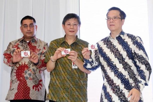 Direktur BCA Henry Koenafi (tengah), Direktur Merchandising & Marketing Matahari Department Store Christian Kurnia (kanan) dan President Division MasterCard of Indonesia, Malaysia dan Brueni Safdar Khan (kiri) memperlihatkan desain Kartu Keedit BCA – Matah