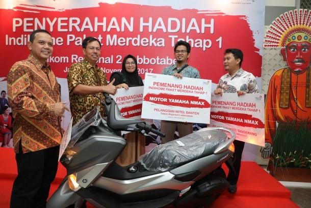 Direktur Consumer Service Telkom Mas'ud Khamid (kedua dari kiri) bersama Executive Vice President Telkom Regional Jabotabek Teuku Muda Nanta (paling kiri) berfoto bersama para pemenang Undian IndiHome Paket Merdeka Tahap I, di Jakarta, Jumat (17/11).