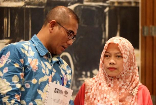 Direktur Eksekutif Perkumpulan Pemilu untuk Demokrasi (Perludem) Titi Anggraini (kanan) dan Komisioner KPU Hasyim Asy'ari.