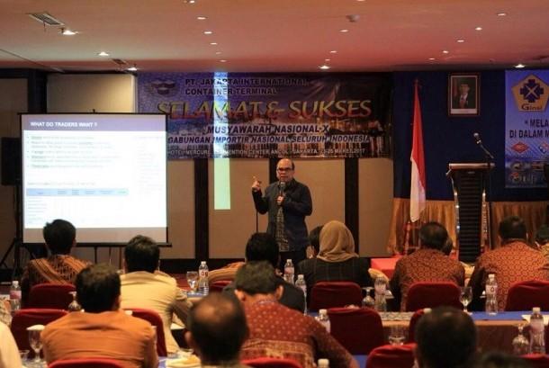 Direktur Kepabeanan Internasional dan Antar Lembaga Bea Cukai Robert Leonard Marbun mengisi seminar dengan mengangkat tema