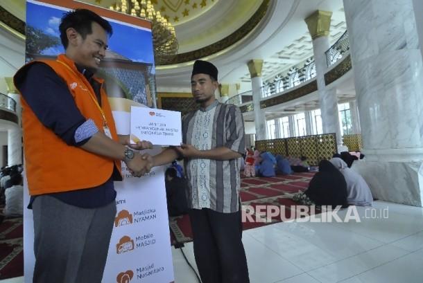 Direktur Masjid Nusantara, Hamzah Fadtri menyerahkan bantuan secara simbolis kepada penerima manfaat, di Masjid Trans Studio Bandung, Jalan Gatot Subroto, Kota Bandung, Rabu (26/4).