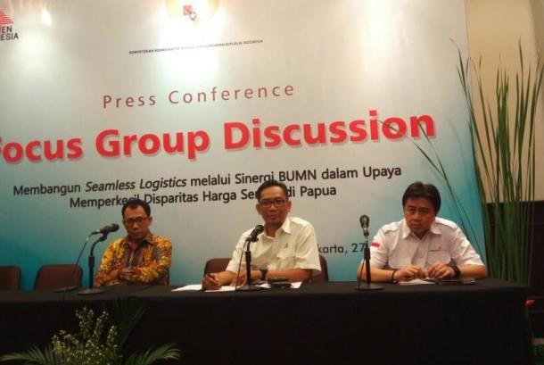 Direktur Pemasaran dan Supply Chain PT Semen Indonesia (Persero) Tbk Ahyanizzaman (tengah) menjelaskan bentuk kerja sama dengan empat BUMN lainnya untuk menurunkan harga semen di Papua, di Jakarta, Kamis (27/4)