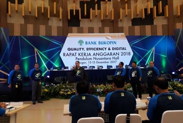 Direktur Utama Bank Bukopin Glen Glenardi (tengah) bersama jajaran direksi Bank Bukopin meluncurkan layanan perbankak digital Bukopin Wokee di sela-sela Rapat Kerja Anggaran 2018 Bank Bukopin di Ciawi, Bogor, Jawa Barat pada Jumat (15/12).